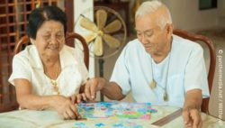 Photo: Elderly couple doing a puzzle together; Copyright: panthermedia.net/WitthayaP