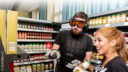 Photo: Two trainees in the educational venue with simulation goggles and simulation gloves in front of a product shelf; Copyright: EUKOBA e.V.
