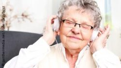 Photo: Elderly woman listening to music; Copyright: panthermedia.net/robertprzybysz