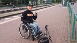 Photo: Udo Sist with his wheelchair at a train station; Copyright: Normalo TV e.V.