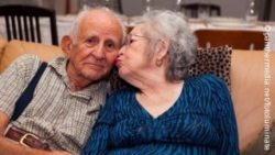 Photo: Elderly woman giving her husband a kiss on the cheek; Copyright: panthermedia.net/fotoluminate