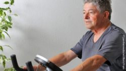 Photo: An elderly man is riding an exercise bike; Copyright: panthermedia.net/Boris Franz