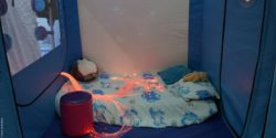 Image: A blue sleeping corner with a matress on the ground; Copyright: beta-web/Schlüter