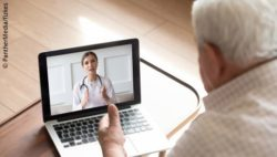 Image: An older man talking to a physician in a video conference on the computer; Copyright: PantherMedia/fizkes
