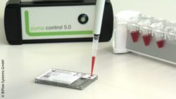 Photo: Microfluidic cartridge for on-site analysis; Copyright: BiFlow Systems GmbH