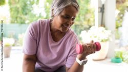 Photo: Elderly woman exercising one arm with a dumbbell; Copyright: PantherMedia/Wavebreakmedia (YAYMicro)